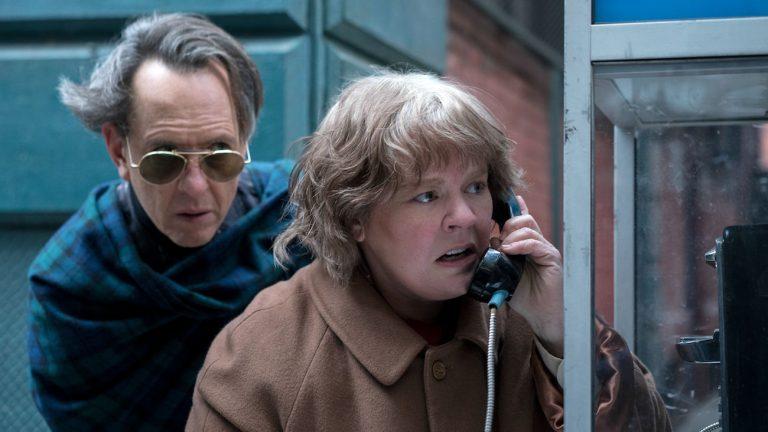 Richard Grant et Melissa McCarthy dans Les Faussaires de Manhattan