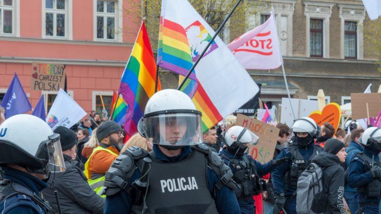 La police pendant la Gay Pride de Gniezno, en Pologne, le 13 avril 2019 - Shutterstock