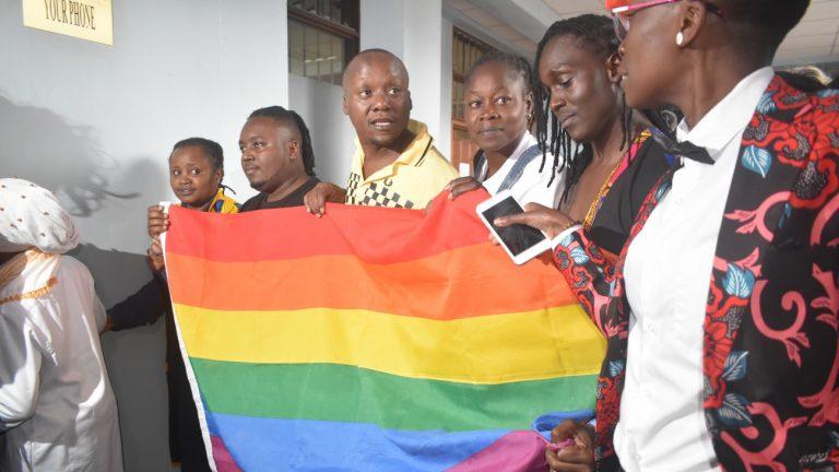 Des activistes LGBT+ manifestent devant la Cour suprême, à Nairobi, au Kenya, après son refus de supprimer les lois homophobes, le 24 mai 2019