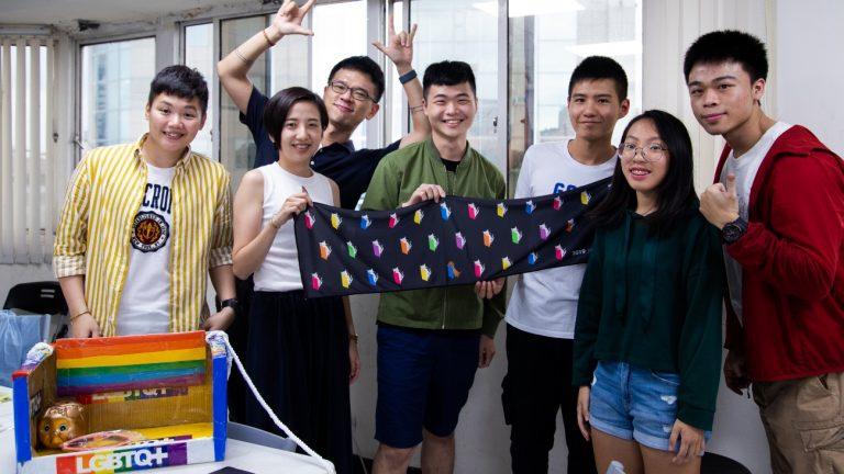 L'équipe de l'association Taiwan Tongzhi Hotline déballe les goodies qui seront vendus à la Taiwan Pride, dimanche 26 octobre - Marion Vercelot pour Komitid