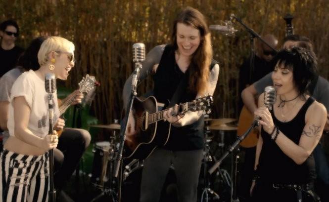 Miley Cyrus Laura Jane Grace Et Joan Jett Chantent Androgynous