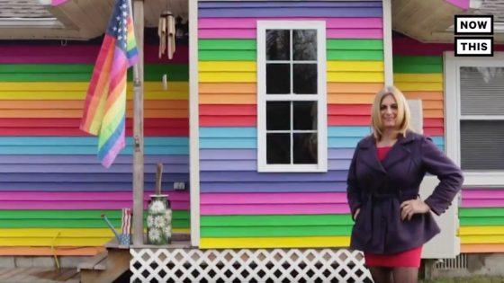 New-York: Une femme victime de harcèlement transphobe décide de peindre sa maison aux couleurs de l'arc-en-ciel