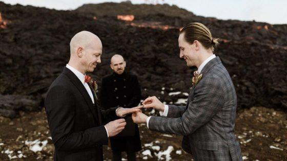 Ce couple gay s'est marié devant un volcan en éruption