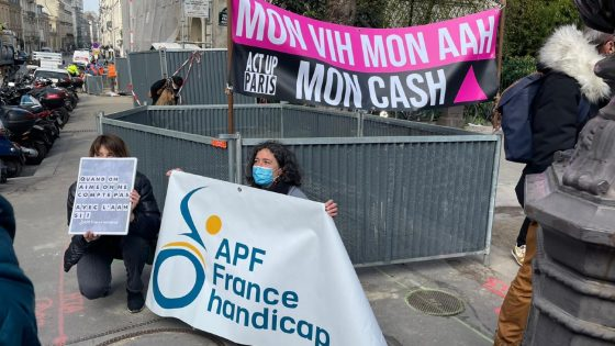À l'appel d'Act Up-Paris et de l'APF, environ 200 personnes handicapées manifestent pour la déconjugalisation de l'AAH