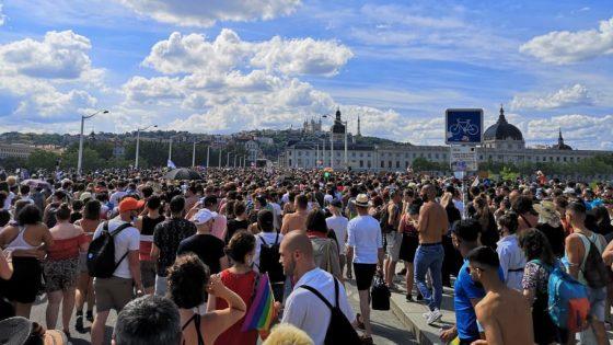 Succès de plusieurs marches des fiertés, à Lyon, la «non-mixité» fait débat