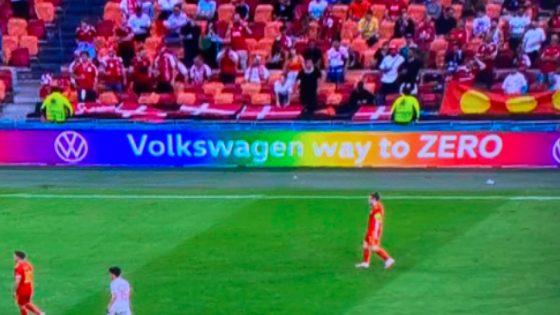 des sponsors déploient les couleurs arc-en-ciel en bord de pelouse