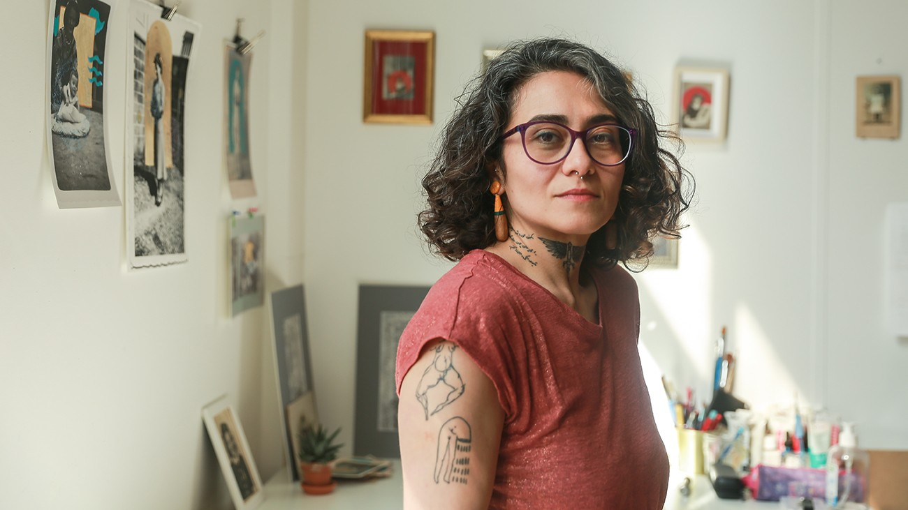 Portrait de l'artiste Maral Bolouri dans son studio a l'atelier des artistes en exil Teresa Suarez
