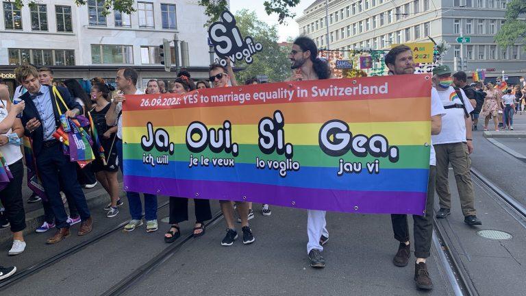 """banderole incitant à voter """"OUI"""" à la Zurich Pride du 4/9/21 - capture d'écran twitter @mariage_OUI Comité national Mariage civil pour toutes et tous @mariage_OUI"""