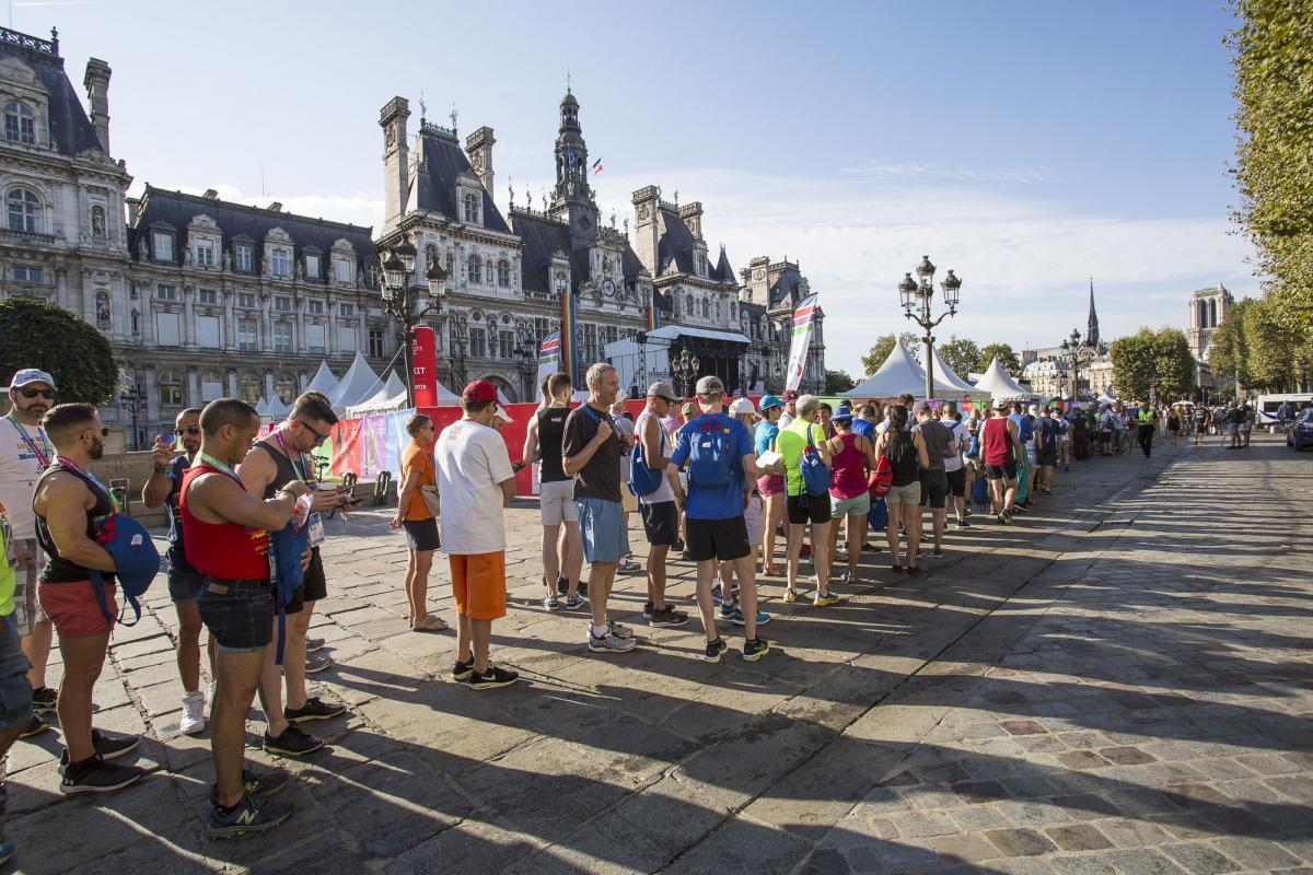 De bon matin, la foule à l'entrée du village des Gay Games